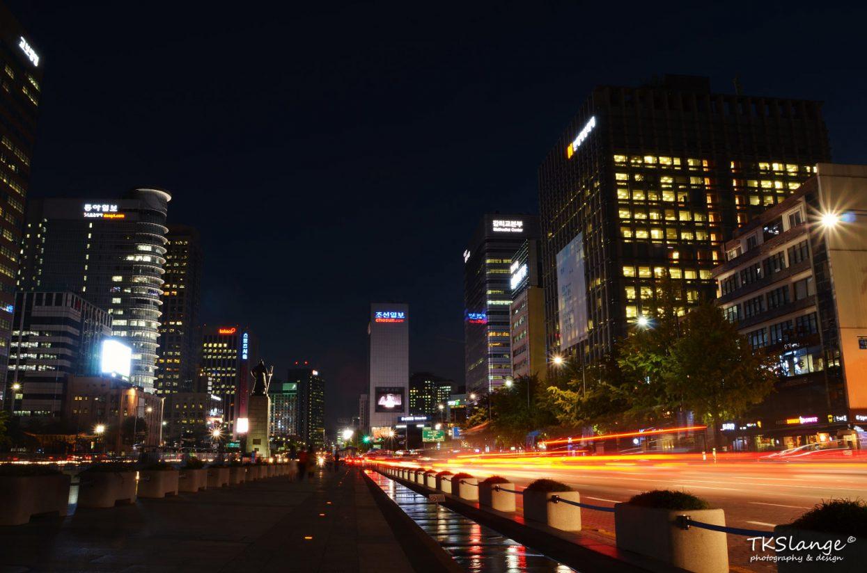Sejongo Boulevard at night. On the left the statue of Admiral Yi Sun-sin of Joseon.