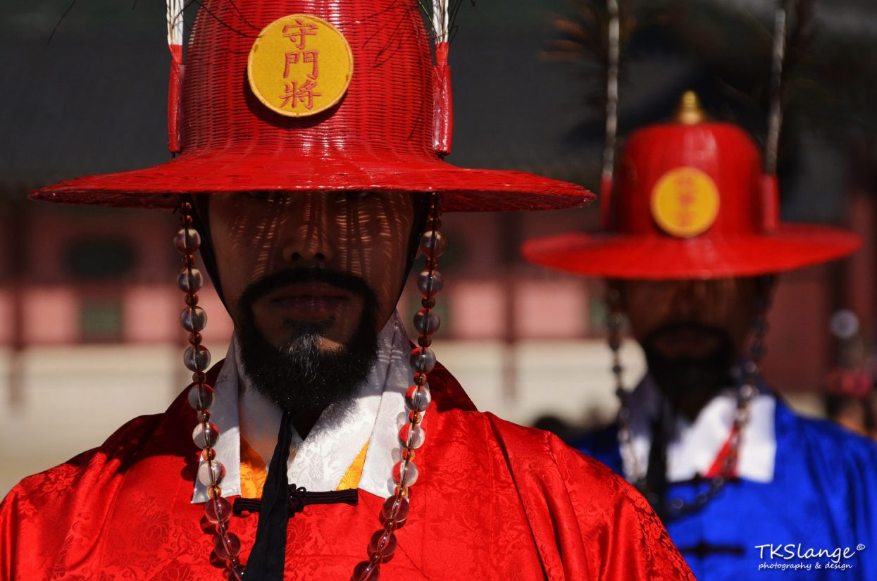 Royal Guards at the Gwanghwamun entrance gate of the Gyeongbokgung Palace.