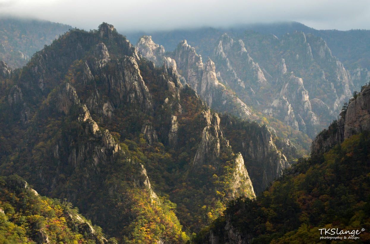 Typical peaks of Seoraksan as seen from Geumganggul.