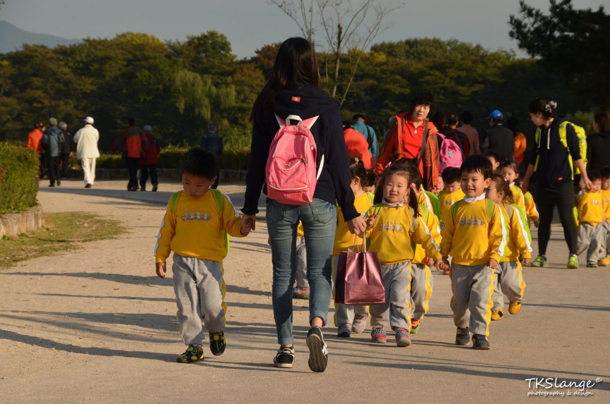 Kids from primary school on a tour through the Wolseong Park.