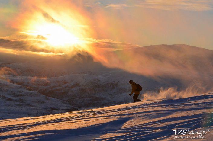 Skiën in de Arctische zonsondergang